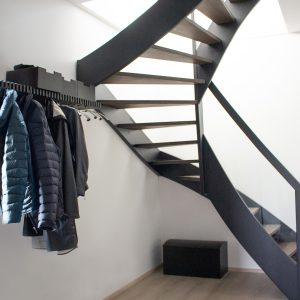 Trætrappe i eg, halvsvingstrappe med glasgelænder