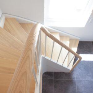Trætrappe i ask, kvartsvingstrappe, krumningstrappe