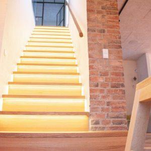 Trætrappe i eg, ligeløbstrappe med LED i trappetrin