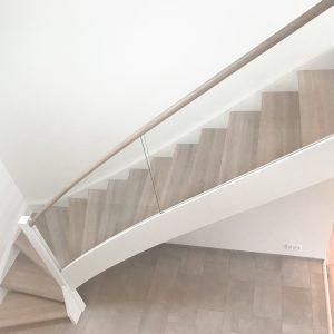 Trætrappe i hvidolieret eg, glasgelænder og trappeværn af glas