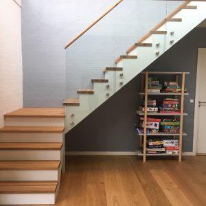 Trætrappe i eg, kvartsvingstrappe med repos, opsadlet glasgelænder