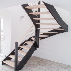 Trætrappe i ask, halvsvingstrappe, medløbergelænder i rustfri stål, håndliste af ask