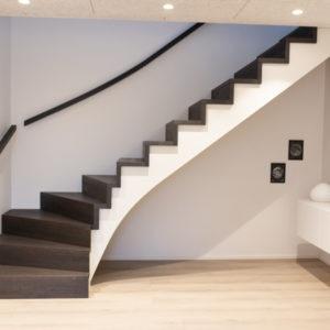 Trætrappe i eg, kvartsvingstrappe, opsadlet musetrappe